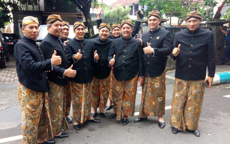 Anggota DPRD Tulungagung mengenakan pakaian tradisional Jawa dalam prosesi acara Bersih Nagari HUT ke-812 Kabupaten Tulungagung, Sabtu (18/11).