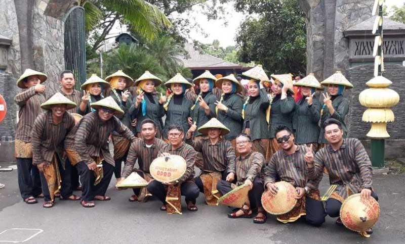 Semua anggota Tim Setwan Tulungagung berfoto bersama begitu sampai di Pendopo Kongas Arum Kusunaning Bongso.