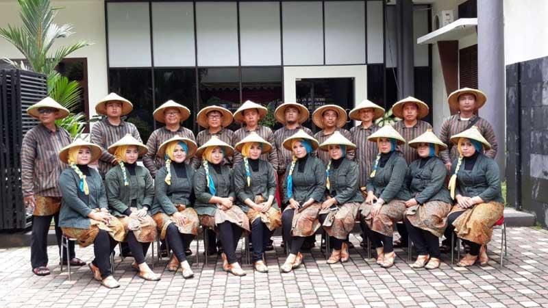 Kendati sudah berjalan kaki menempuh jarak yang relatif jauh, Tim Setwan Tulungagung tetap ceria berfoto bersama lagi di Kantor DPRD Tulungagung.