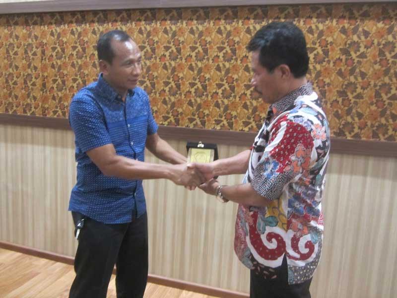 Misbah juga memberikan cinderamata pada anggota Bamus DPRD Kabupaten Probolinggo, H Sugito, seusai pertemuan di Ruang Aspirasi Kantor DPRD Tulungagung, Kamis (1/2).