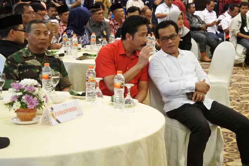 Supriyono dan Adib Makarim tampak berbincang saat keduanya hadir di Rapat Pleno Terbuka Pengundian dan Pengumuman Nomer Urut Pasangan Calon Bupati dan Wakil Bupati Tulungagung 2018 yang diselenggarakan KPU Tulungagung, Selasa (13/2).