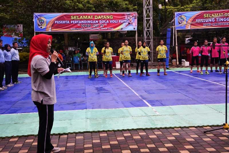 Hj Susilowati saat menyampaikan sambutan sebagai Ketua Panitia Pertandingan Bola Voli Putri DPRD Cup IV.