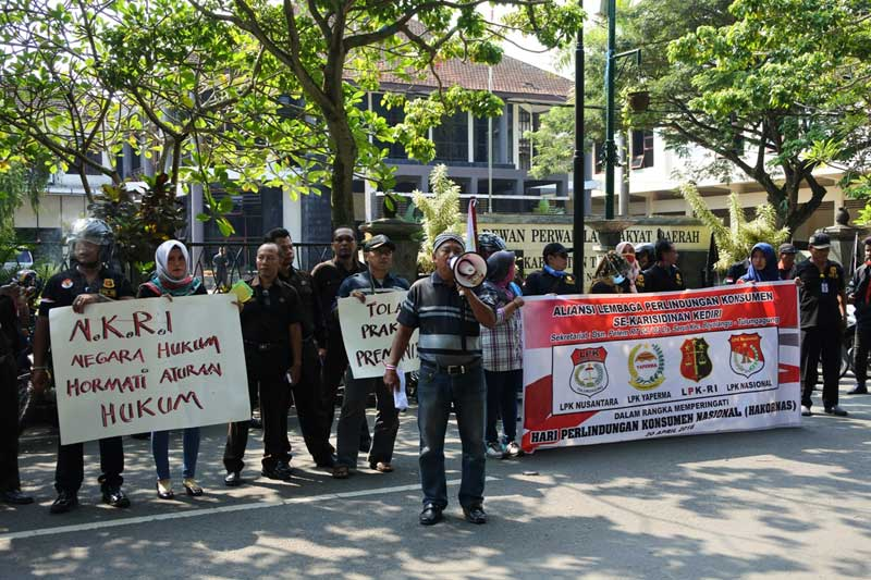 Aliansi LPK se-Karesidenan Kediri melakukan aksi unjuk rasa di depan Kantor DPRD Tulungagung sebelum perwakilannya diterima oleh Hj Susilowati.