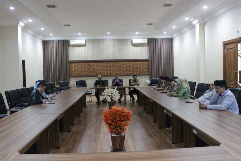 Ahmad Baharudin menerima kedatangan pimpinan dan anggota komisi A DPRD Kabupaten Rembang di Ruang Aspirasi Kantor DPRD Tulungagung, Kamis (31/5)