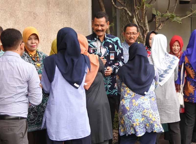 Budi Fatahillah (tengah) ikut menyalami ASN lingkup Pemkab Tulungagung di acara halal bihalal di halaman Kantor Bupati Tulungagung, Jumat (22/6).