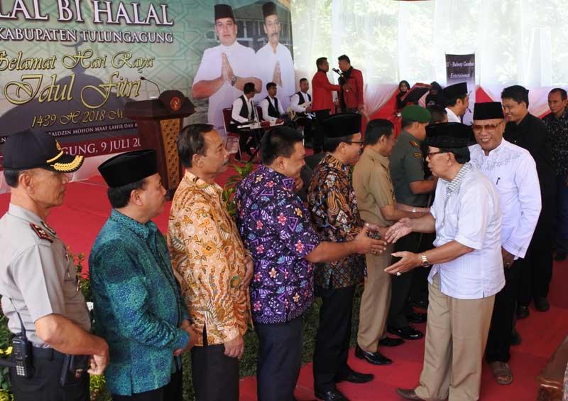 Pimpinan DPRD Tulungagung dan anggota Forkopimda bersalaman dengan para undangan yang hadir seusai tausyiah yang disampaikan Dr As'aril Muhajir MAg.