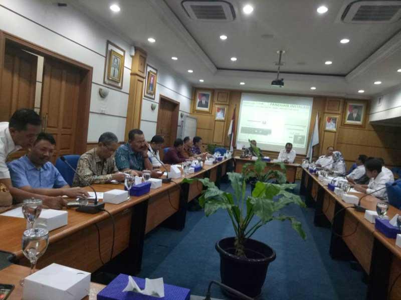 Direksi PDAM Kerta Raharja Tangerang memberi paparan saat Komisi C DPRD Tulungagung melakukan studi banding ke Kantor PDAM Kerta Raharja Kabupaten Tangerang, Rabu (25/7).