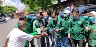 Sejumlah ojek online dan masyarakat yang melintas di sekitar Pasar Sore lama mendapat masker dan hand sanitizer yang dibagikan anggota Fraksi PKB Tulungagung, Sabtu (4/4).