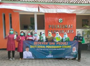 Tim Fraksi PKB saat memberikan bantuan APD di Puskesmas penyangga.