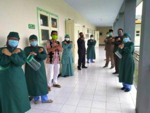 Pimpinan dan anggota Komisi C DPRD Tulungagung bersama tenaga medis di Puskesmas Kalidawir.