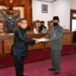 Marsono menerima penyerahan LKPJ Tahun 2019 dari Bupati Maryoto Birowo dalam rapat paripurna DPRD Tulungagung, Rabu (22/4).