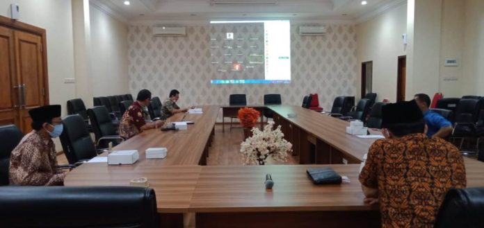 Suasana rapat Bamus DPRD Tulungagung menggunakan media virtual teleconference, Kamis (16/4).