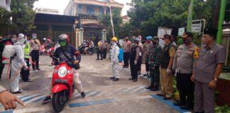 Marsono bersama Bupati Maryoto Birowo dan anggota Forkopimda lainnya melihat penyemprotan disinfektan pada semua kendaraan yang masuk Kampung Tangguh Perumahan Puri Mas, Selasa (26/5).
