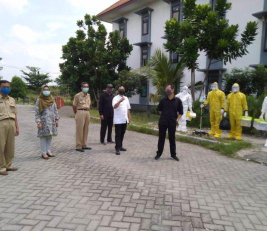 Pimpinan dan anggota Komisi C DPRD Tulungagung saat meninjau Rusunawa IAIN Tulungagung dan mengajak berbincang tenaga medis, Senin (11/5).