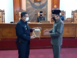 Marsono menyerahkan berkas rekomendasi DPRD Tulungagung atas LKPJ Bupati Tulungagung tahun anggaran 2019 pada Bupati Maryoto Birowo dalam rapat paripurna DPRD Tulungagung, Rabu (13/5).