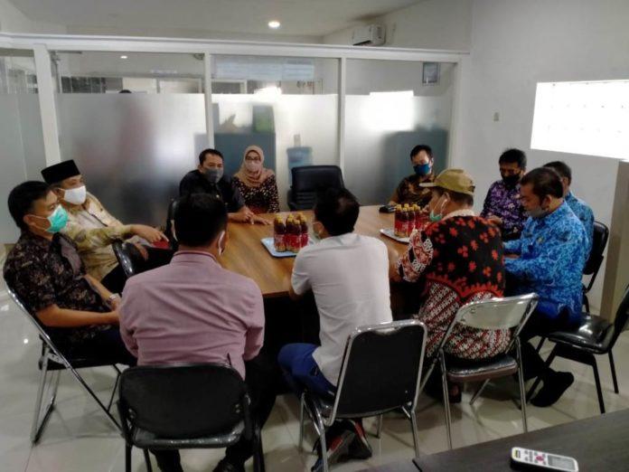 Komisi C melakukan rapat bersama DPMPTSP sebelum melakukan kunjungan ke sejumlah perusahaan, Rabu (17/6)