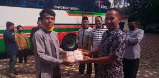 Ahmad Baharudin saat memberikan masker kain pada perwakilan santri putra yang akan kembali ke Ponpes Gontor Ponorogo dengan menggunakan bus yang diparkir di halaman Kantor DPRD Tulungagung, Senin (22/6).
