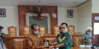 Adib Makarim Memberikan cinderamata pada Ketua DPRD Kabupaten Wonosobo, Afif Nurhidayat,di Ruang Graha Wicaksana, Kamis (25/6)
