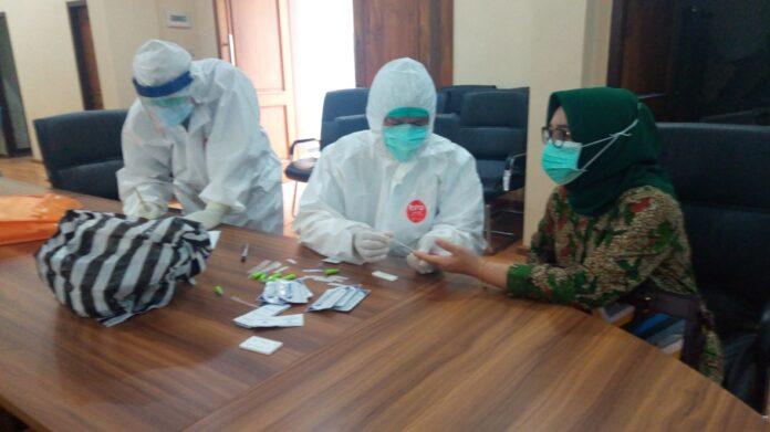 Anggota DPRD Tulungagung, Yuli Nadhifah Triswati ST, saat diambil sampel darahnya, Jumat (19/6). Ia bersama anggota dewan lainnya dan seluruh karyawan setwan menjalani rapid test Covid-19.