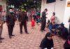 Pimpinan dan anggota Komisi A DPRD Tulungagung berinteraksi dengan pengunjung di Kantor Dispendukcapil, Senin (29/6).