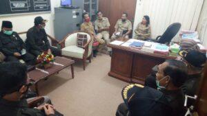 Pimpinan dan anggota Komisi A DPRD Tulungagung ketika diterima seluruh kepala bidang di ruangan Sekretaris Dispendukcapil.