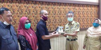 Yuwono memberikan cinderamata pada Muhamad Amin Hadar usai pertemuan di Ruang Aspirasi Kantor DPRD Tulungagung, Senin (20/7).