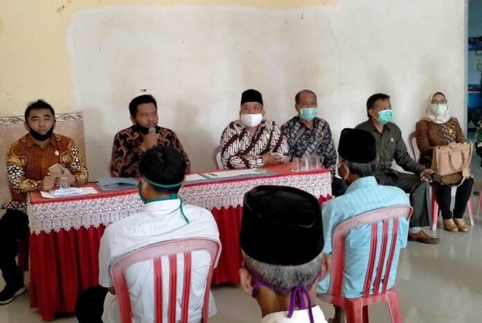 Pimpinan dan anggota Komisi C melakukan inspeksi pengawasan penyaluran bansos di desa-desa secara acak, Kamis (23/7).