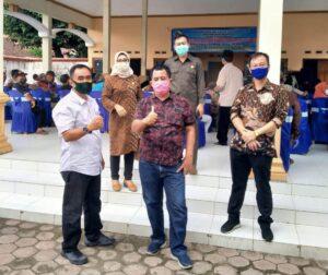 Saat melakukan inspeksi pengawasan penyaluran bansos di Balai Desa Pinggirsari Kecamatan Ngantru.