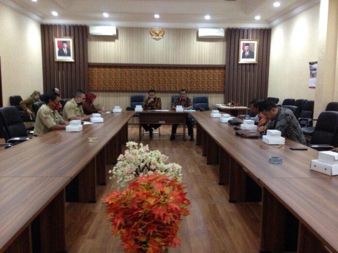 Renno Mardi Putra bersama anggota Komisi A menyambut kedatangan pimpinan dan anggota Komisi A DPRD Kabupaten Madiun di Ruang Aspirasi Kantor DPRD Tulungagung, Senin (6/7).