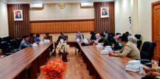 Pertemuan dengan pimpinan dan anggota Komisi D DPRD Kota Surabaya dipimpin langsung oleh Ketua Komisi A DPRD Tulungagung, Gunawan, Jumat (24/7).