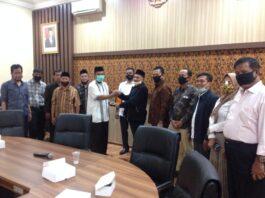Sutomo menyerahkan cinderamata pada Maskuri seusai pertemuan di Ruang Aspirasi Kantor DPRD Tulungagung, Jumat (10/7).