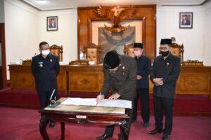 Disaksikan Wakil Ketua DPRD Tulungagung Adib Makarim MH dan Baharudin serta Bupati Maryoto Birowo, Marsono menandatangani berita acara penetapan Raperda tentang Pertanggungjawaban Pelaksanaan APBD Tahun Anggaran 2019.