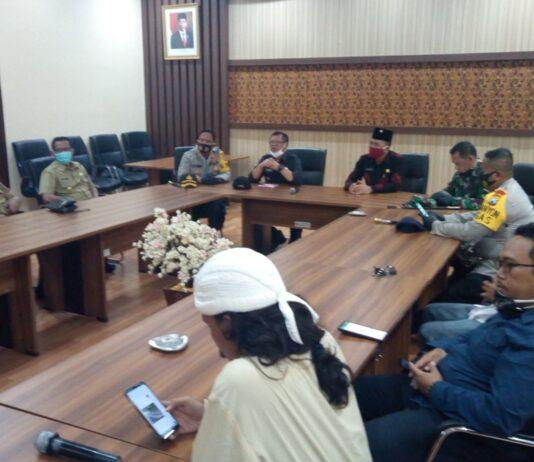 Pimpinan DPRD Tulungagung menggelar dialog antara perwakilan AMAR dengan Bupati Maryoto Birowo bersama Kapolres Eva Guna Pandia dan Dandim Wildan Bahtiar di Ruang Aspirasi Kantor DPRD Tulungagung, Senin (3/8).