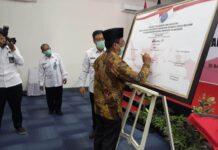 Adib Makarim menandatangani deklarasi pencanangan zona integritas menuju WBK dan WBBM di BNNK Tulungagung disaksikan AKBP Sudirman, Kamis (24/9).