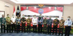 Foto bersama perwakilan Forkopimda seusai penandatanganan deklarasi pencanangan zona integritas menuju WBK dan WBBM di BNNK Tulungagung.