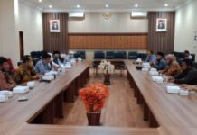 Abdullah Ali Munib memimpin pertemuan dengan pimpinan dan anggota Komisi D DPRD Kabupaten Bojonegoro yang datang berkunjung ke Kantor DPRD Tulungagung, Selasa (15/9).