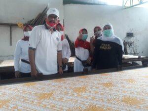 Gubernur Khofifah didampingi Marsono ketika melihat proses pembuatan batik printing di sentra Batik Gajah Mada.