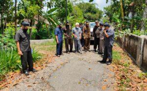 Pimpinan dan anggota Komisi D DPRD Tulungagung juga melihat kondisi jalan yang sudah rusak parah, Selasa (29/9).
