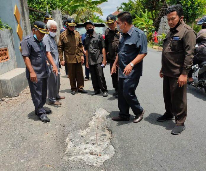 Jalan yang sudah banyak berlubang menjadi perhatian pimpinan dan anggota Komisi D DPRD Tulungagung saat sidak, Selasa (29/9).