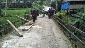 Jembatan di Desa Nglurup Sendang yang jalannya rusak tak luput dari perhatian Komisi D DPRD Tulungagung saat sidak, Senin (28/9).