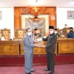 Ketua DPRD Tulungagung, Marsono SSos, menerima penyerahan Raperda Perubahan APBD Tulunggaung Tahun Anggaran 2020 dari Bupati Maryoto Birowo dalam rapat paripurna DPRD Tulungagung, Selasa (1/9).