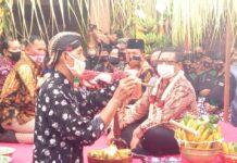 Marsono dan Ahmad Baharudin duduk bersila di dekat Bupati Maryoto Birowo saat prosesi jamasan Pusaka Tombak Kiai Upas berlangsung, Jumat (4/9).