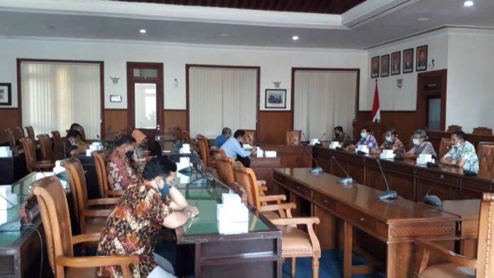 Yuwono Pramudianto saat menerima kedatangan Banggar Kabupaten Magelang di Ruang Graha Wicaksana Lantai II Kantor DPRD Tulungagung, Jumat (25/9).