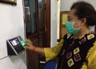 Susilowati ketika melakukan absensi dengan fingerprint di Kantor DPRD Tulungagung, Kamis (22/10).