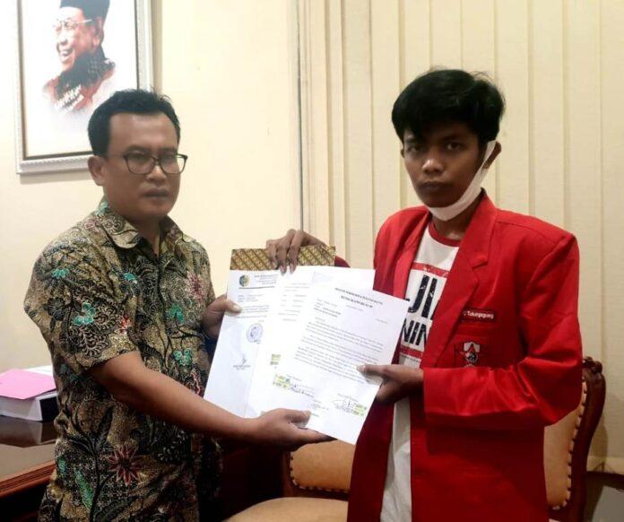 Adib Makarim didampingi Bagus Prasetiawan menujukkan surat penolakan UU Omnibus Law dari Aliansi Mahasiswa Tulungagung yang telah ditandatanganinya dan segera dikirim ke DPR RI, Selasa (27/10).