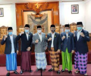 Pimpinan DPRD Tulungagung bersama Bupati Maryoto Birowo sama-sama mengenakan sarung saat rapat paripurna.