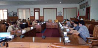 Komisi A saat melakukan audiensi dengan pihak eksekutif terkait persoalan tukar guling tanah kas Desa Besole, Senin (5/10).