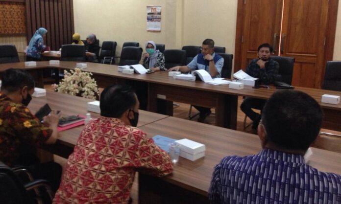 Susilowati memimpin hearing pembahasan Ranperda APBD Tahun Anggaran 2021 yang dilakukan Komisi B dengan OPD mitra kerjanya, Kamis (5/11).