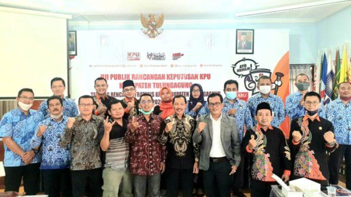 Adib Makarim bersama komisioner KPU Tulungagung dan narasumber lainnya usai acara uji publik di Kantor KPU Tulungagung, Selasa (10/11).