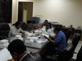 Samsul Huda memimpin rapat koordinasi penyusunan Propemperda Tahuyn 2021 bersama dengan Tim Asistensi Pembahas Ranperda Pemkab Tulungagung, Sabtu (21/11) malam.